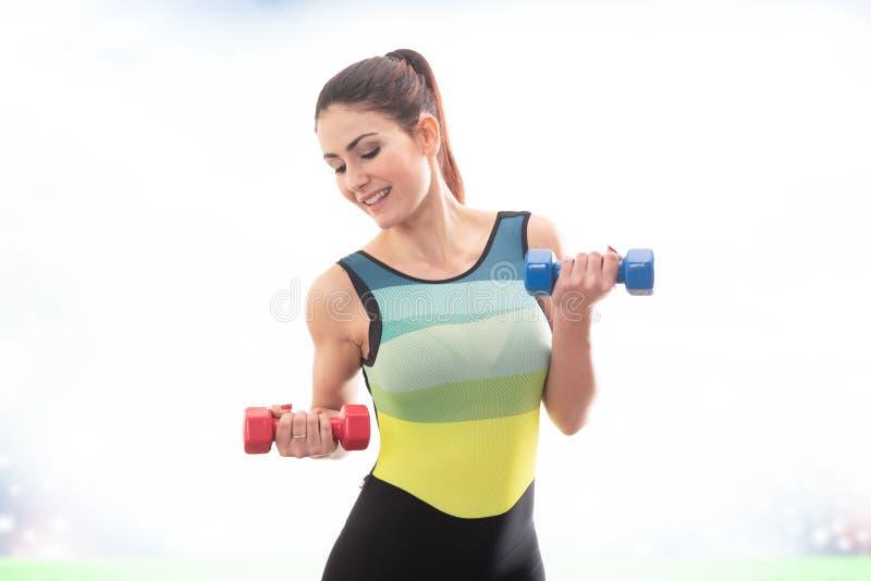 Esportes praticando da menina feliz da aptidão que fazem pesos com pesos fotos de stock