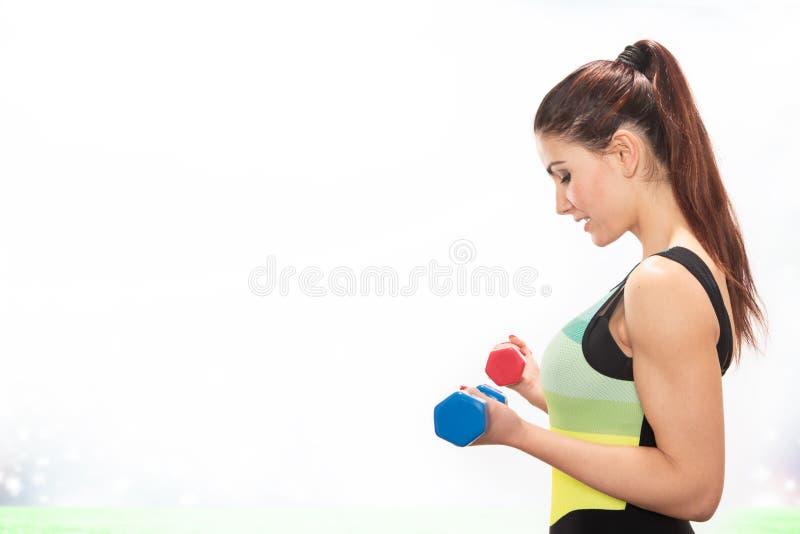 Esportes praticando da menina feliz da aptidão que fazem pesos com pesos imagens de stock