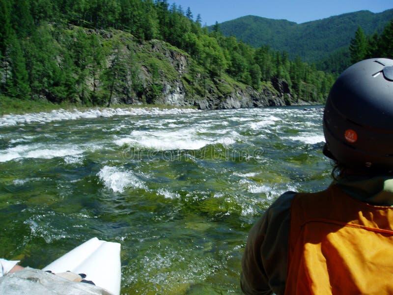 Esportes que transportam em um rio Urich da montanha no Sayan oriental foto de stock