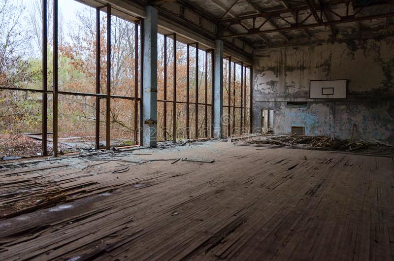 Esportes salão de azuis celestes da piscina na cidade fantasma abandonada inoperante de Pripyat na zona da alienação de Chernobyl foto de stock