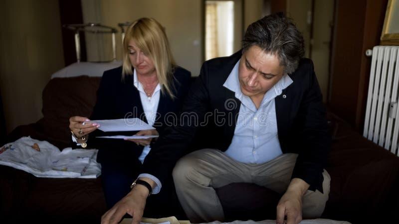 Esposa chocada por contas de serviço público, marido que verifica o equilíbrio do orçamento de família, crise foto de stock royalty free