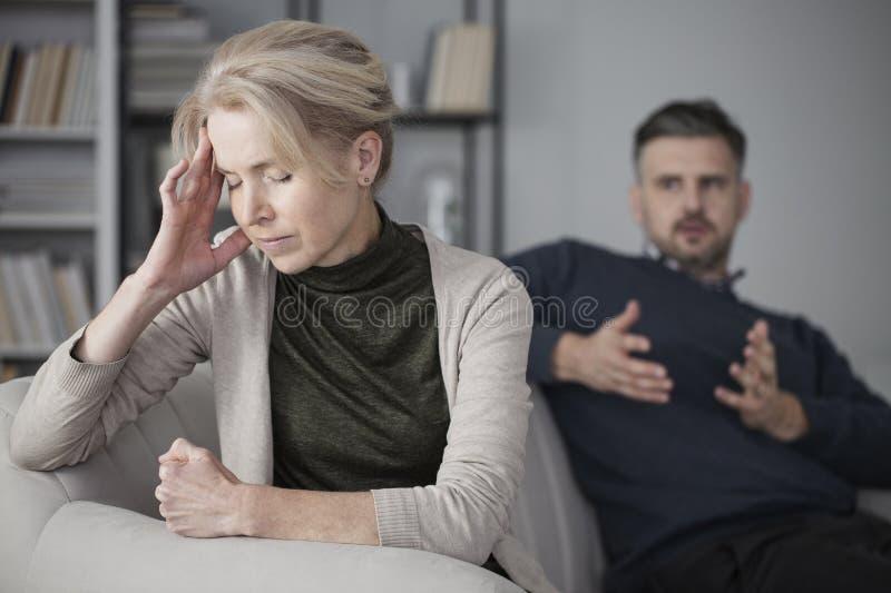 Esposa deprimida con dolor de cabeza fotos de archivo libres de regalías