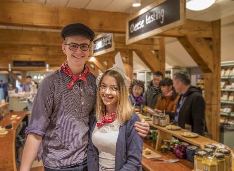 Esposa do fazendeiro do queijo e do ` s do fazendeiro no traje local foto de stock