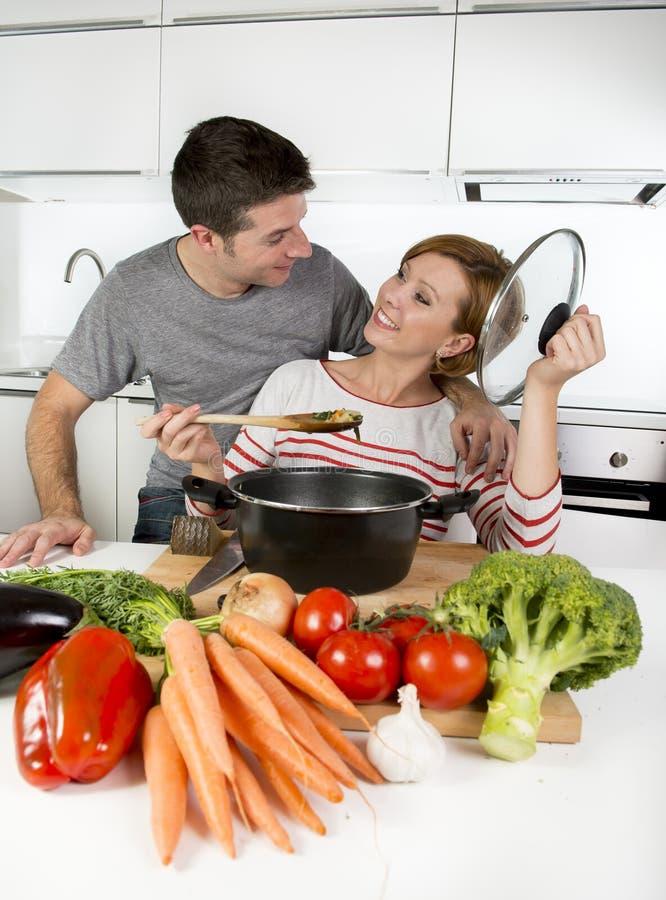 Esposa Feliz Sonriente De La Cocina Americana De Los Pares En Casa ...