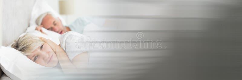 A esposa irritou em ressonar do marido e na transição cinzenta obscura fotografia de stock