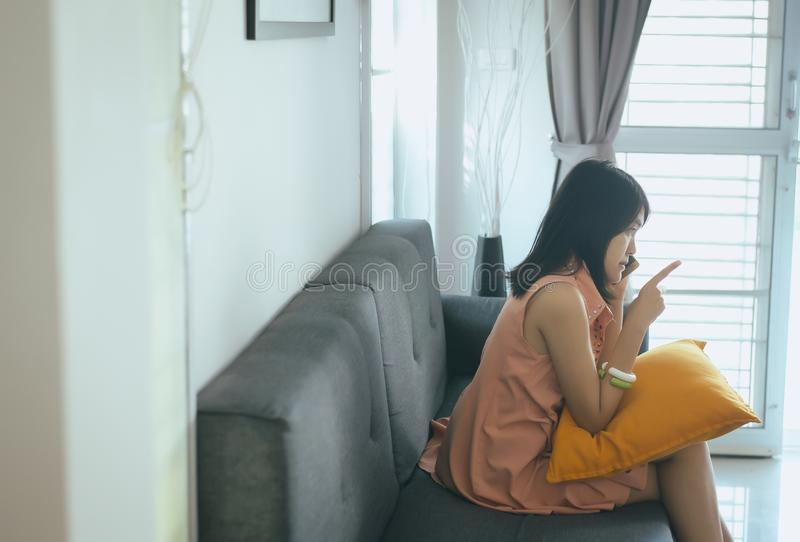 Esposa para reconciliar o telefone celular de fala a seu marido na sala de visitas, emoções negativas da atitude fotos de stock