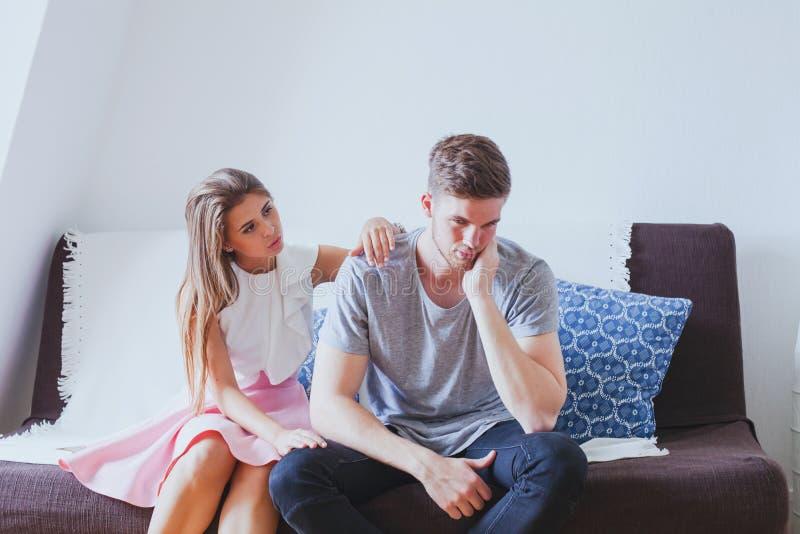 Esposa que consola o marido, apoio psicológico imagens de stock royalty free
