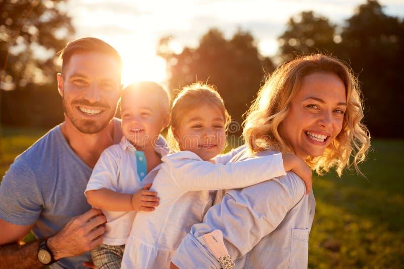 Esposa y marido con los niños en naturaleza foto de archivo libre de regalías