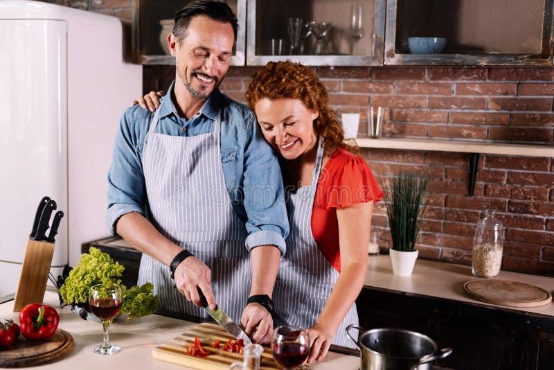 Esposa y marido que cocinan junto fotografía de archivo libre de regalías