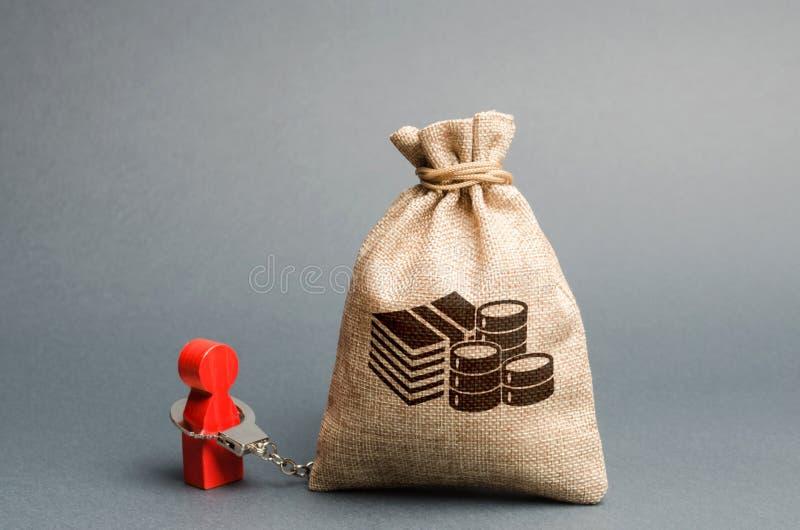 Esposan a una persona con un bolso del dinero Envician al hombre al dinero, shopaholic El dinero no puede comprar felicidad Deuda fotografía de archivo
