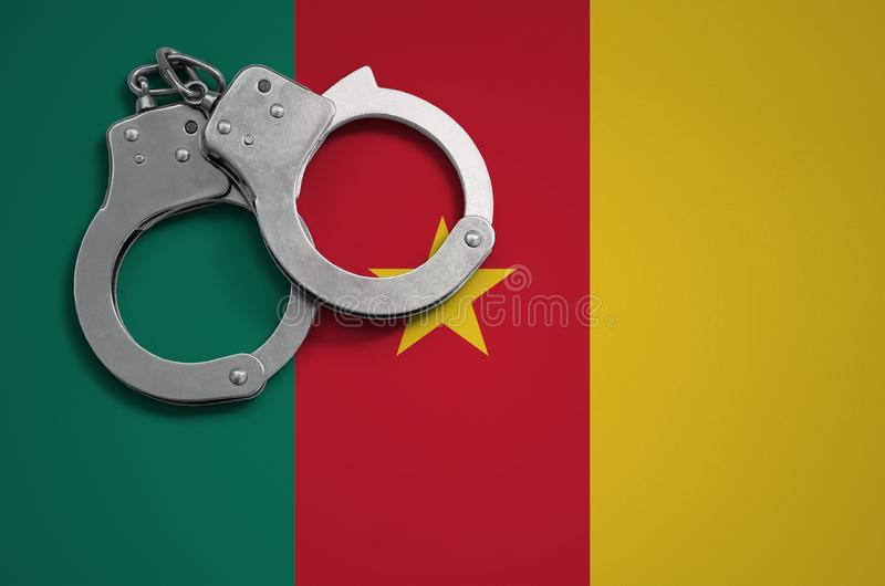 Esposas de la bandera y de la policía del Camerún El concepto de crimen y de ofensas en el país foto de archivo libre de regalías