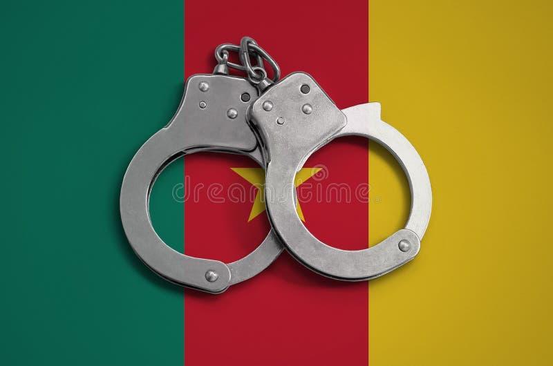 Esposas de la bandera y de la policía del Camerún El concepto de observancia de la ley en el país y de la protección contra crime fotos de archivo