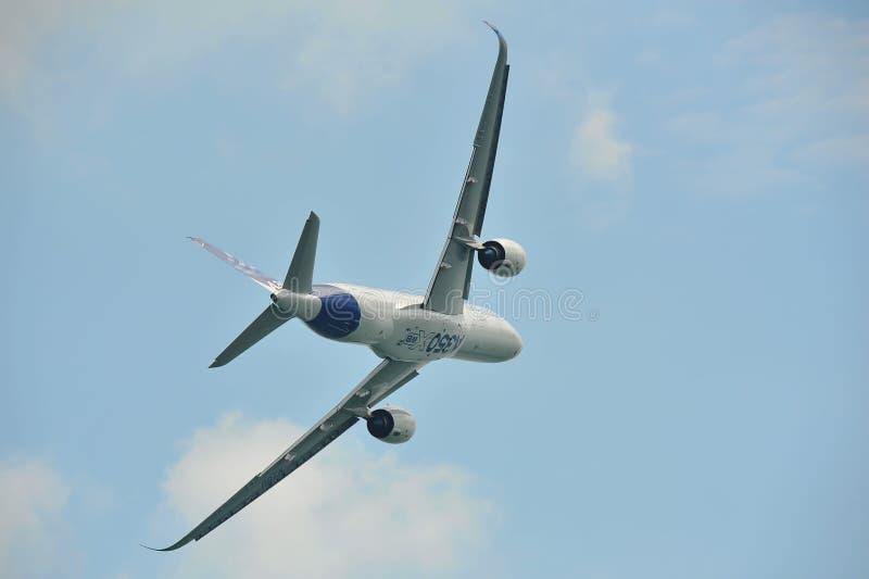 Esposizione acrobatici d'esecuzione di Airbus A350-900 XWB MSN 003 a Singapore Airshow fotografie stock libere da diritti