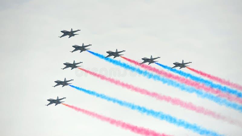 Esposizione acrobatici di volo da Eagles nero dalla Repubblica della forza di Korean Air (ROKAF) a Singapore Airshow fotografia stock libera da diritti