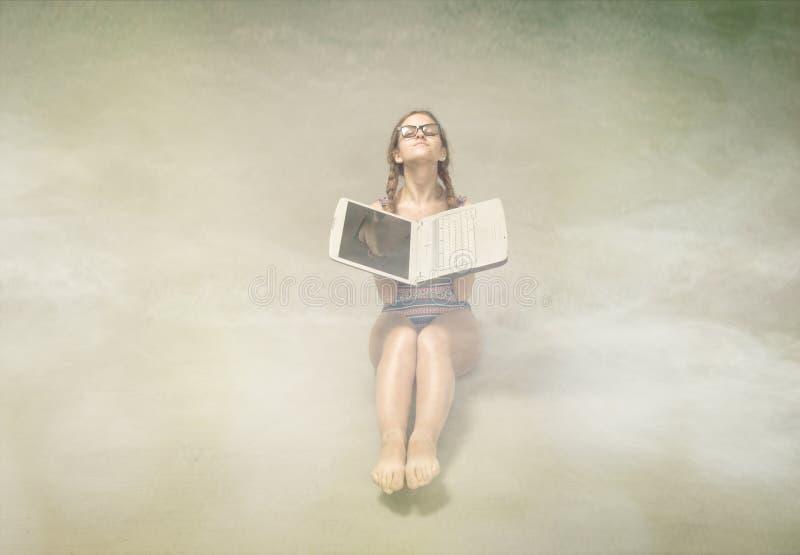 Download Esposizione Al Sole Della Ragazza Con Il Computer Fotografia Stock - Immagine di ragazza, beachwear: 56878596