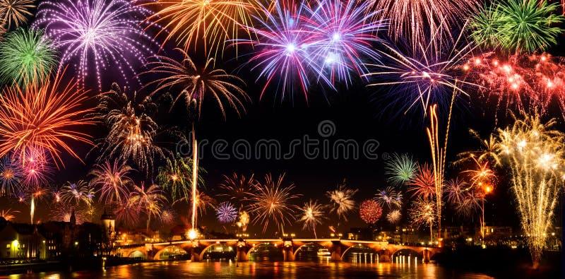 Esposizione allegra dei fuochi d'artificio immagini stock libere da diritti