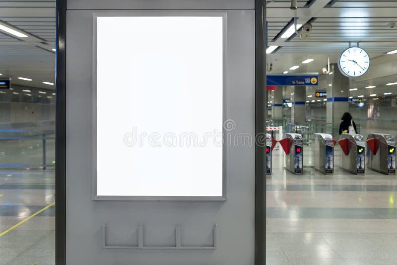 Esposizione alta di derisione del contrassegno dell'insegna del tabellone per le affissioni nella stazione ferroviaria del sottop immagini stock libere da diritti