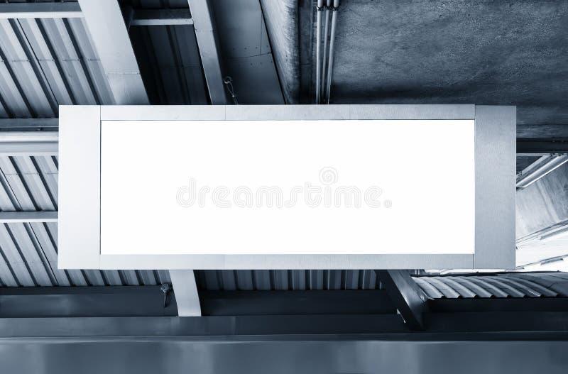 Esposizione in bianco del modello della scatola leggera dell'insegna del tabellone per le affissioni nella stazione fotografia stock libera da diritti