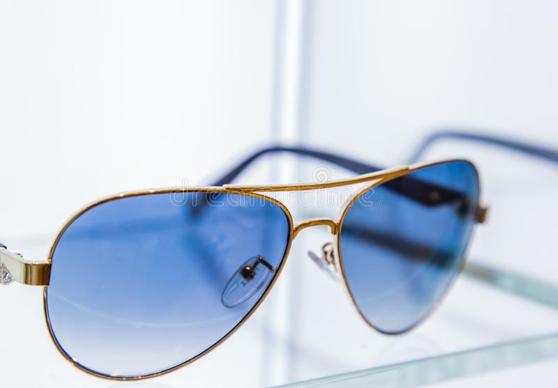 Esposizione degli occhiali da sole di stile di modo su fondo bianco immagini stock libere da diritti