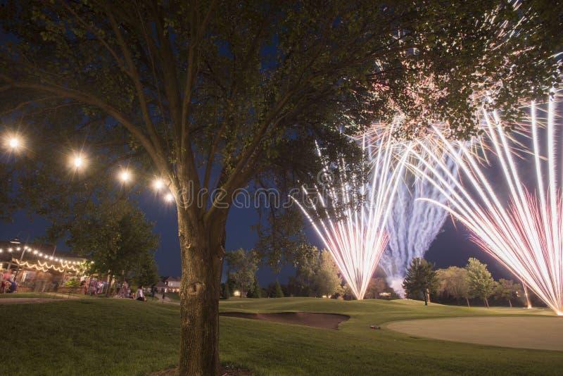 Esposizione dei fuochi d'artificio del campo da golf immagini stock libere da diritti