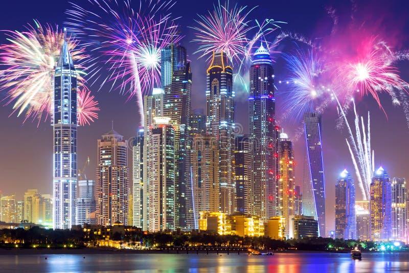 Esposizione dei fuochi d'artificio del nuovo anno nel Dubai fotografia stock libera da diritti