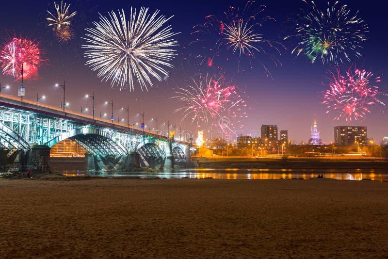 Esposizione dei fuochi d'artificio del nuovo anno a Varsavia immagine stock libera da diritti