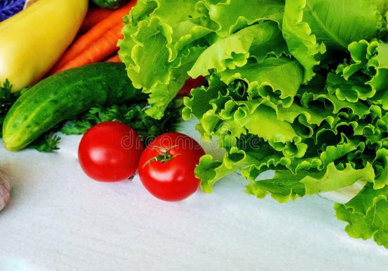 Esposizione del mercato di un agricoltore degli ortaggi freschi con un canestro di bushel rosso Sparato su fondo bianco fotografie stock