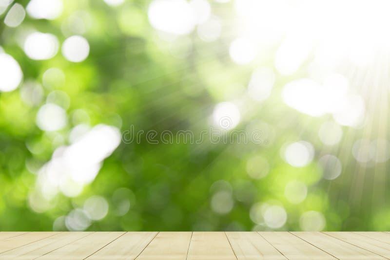 Esposizione del piano d'appoggio su sfondo naturale verde fotografia stock libera da diritti