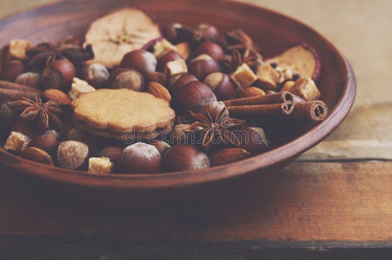 Esposizione dell'argilla con i biscotti, le spezie, i dadi e lo zucchero del pan di zenzero fotografia stock libera da diritti