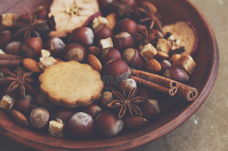 Esposizione dell'argilla con i biscotti, le spezie, i dadi e lo zucchero del pan di zenzero fotografie stock
