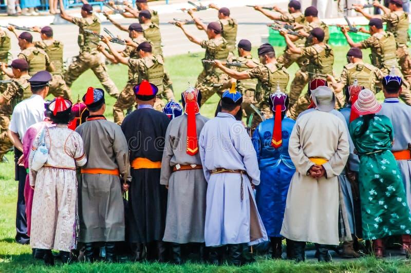Esposizione dell'esercito dell'orologio degli arceri a cerimonia di apertura di Nadaam immagini stock