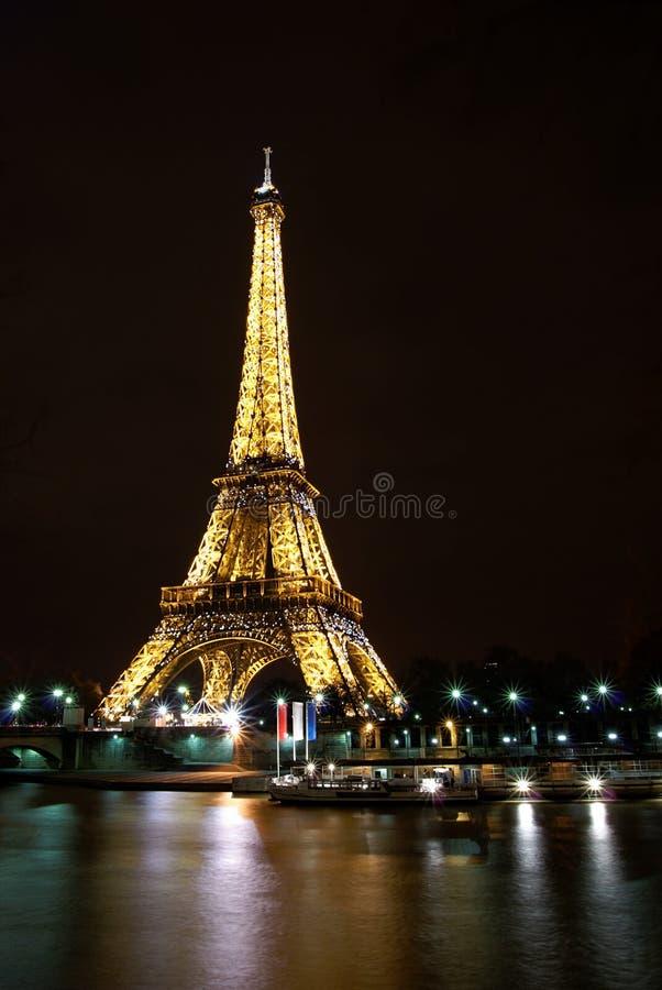 Esposizione dell'indicatore luminoso di notte della Torre Eiffel a Parigi immagini stock libere da diritti