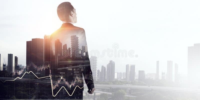 Esposizione dell'uomo d'affari e della città moderna Media misti immagini stock libere da diritti