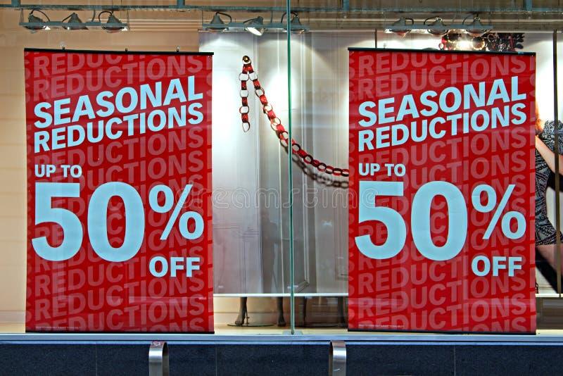 Esposizione della finestra del negozio nelle vendite di natale fotografie stock libere da diritti