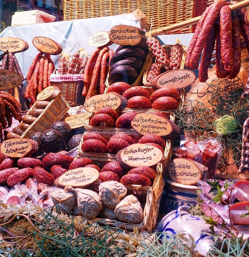 Esposizione della salsiccia nella finestra delle specialità gastronomiche - Germania immagini stock libere da diritti