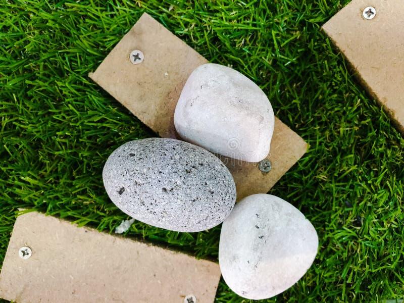 Esposizione della via di legno e delle rocce decorative su erba fotografia stock