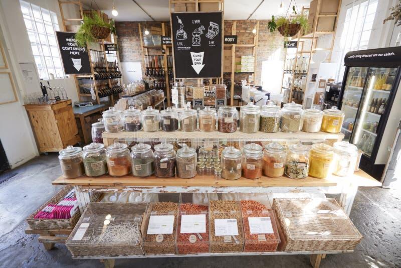Esposizione delle spezie nella drogheria libera sostenibile di imballaggio di plastica fotografie stock