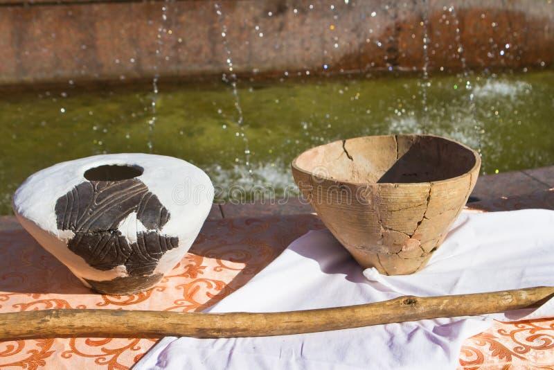 Esposizione di antiche dinnerware locali, piatti di argilla autentici restaurati della cultura Trypillya alla celebrazione della  fotografia stock