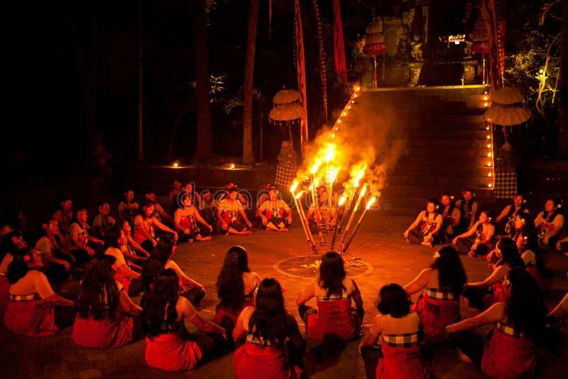 Esposizione di ballo del fuoco di Kecak delle donne di Balinese immagini stock libere da diritti