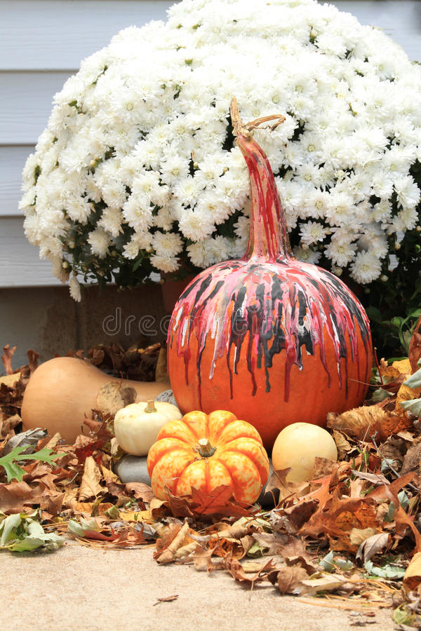 Esposizione di caduta con la zucca decorata per Halloween vicino alle mummie, alle zucche ed alle foglie di caduta fotografia stock libera da diritti