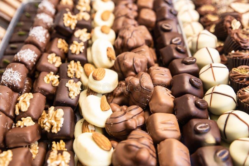 Esposizione di latte assortito, di buio e della caramella di cioccolata bianca immagini stock