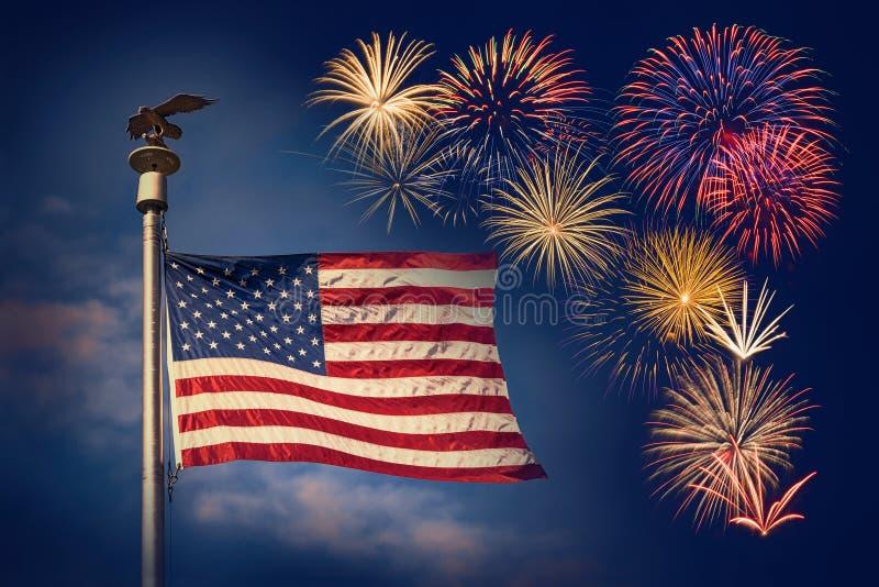 Esposizione festiva dei fuochi d'artificio con la bandiera americana fotografia stock