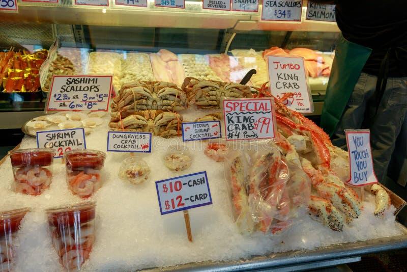 Esposizione fresca dei frutti di mare al centro del mercato pubblico, punto di riferimento di Seattle immagini stock