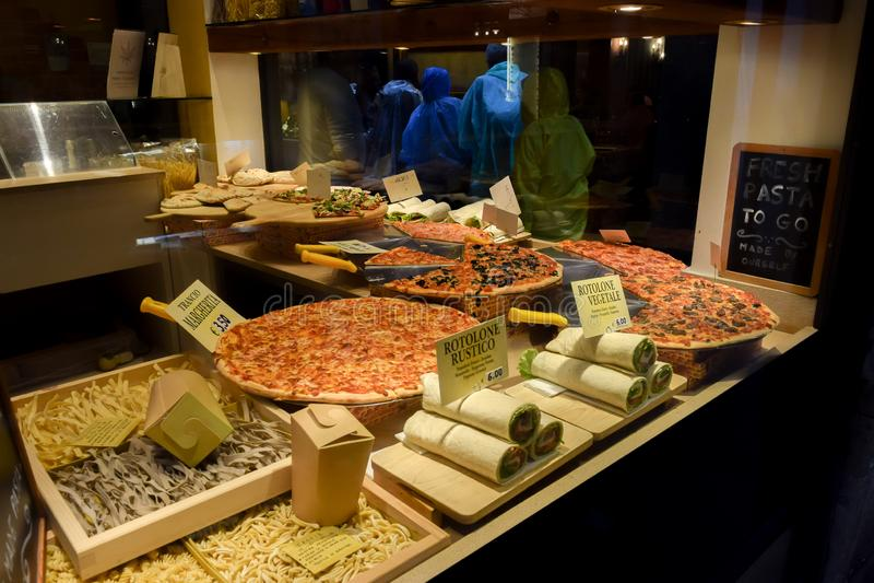 Esposizione italiana della finestra della pizzeria nel ristorante di Venezia Italia immagini stock