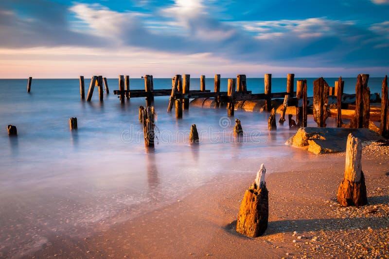 Esposizione lunga al tramonto degli accatastamenti del pilastro nella baia di Delaware alla S immagine stock
