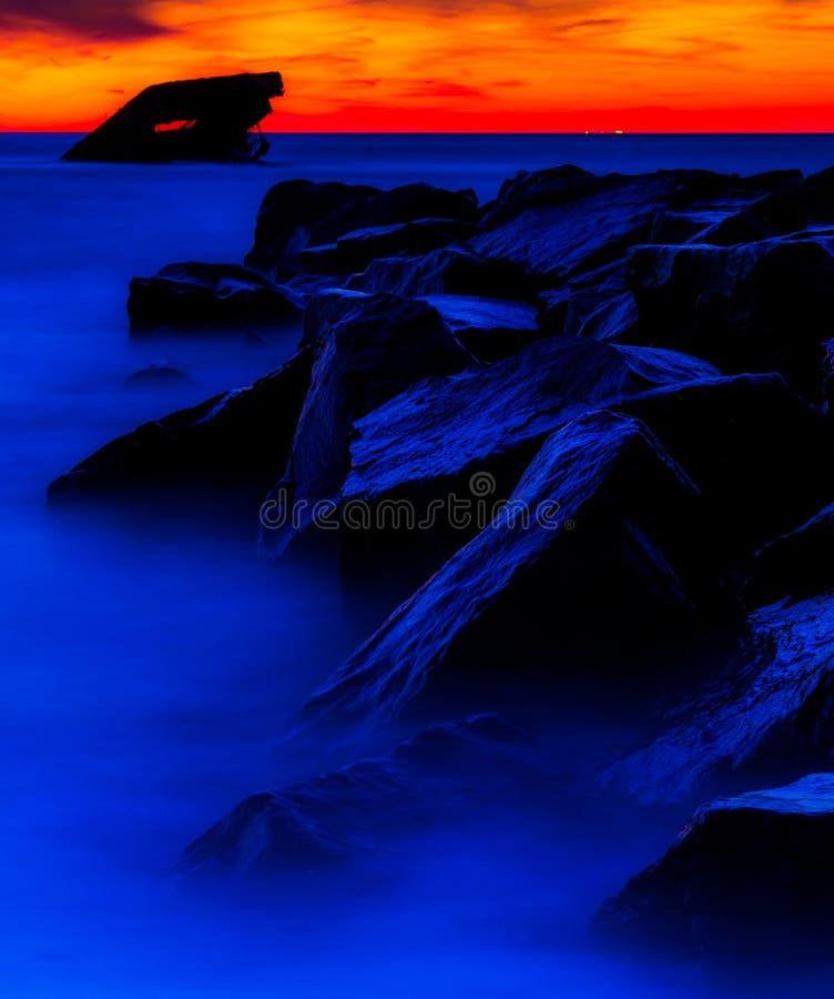 Esposizione lunga al tramonto del naufragio di USS Atlantide alla spiaggia di tramonto, Cape May. NJ fotografia stock