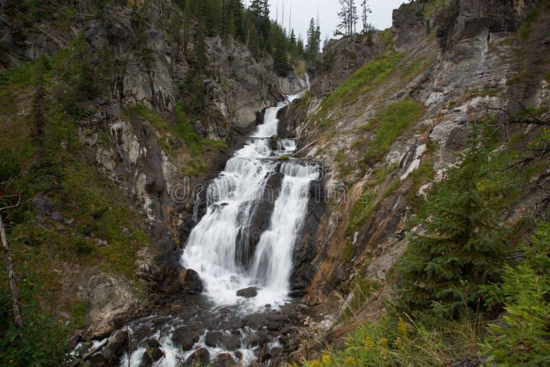 Esposizione lunga del paesaggio della cascata nel parco nazionale di Yellowstone fotografia stock libera da diritti