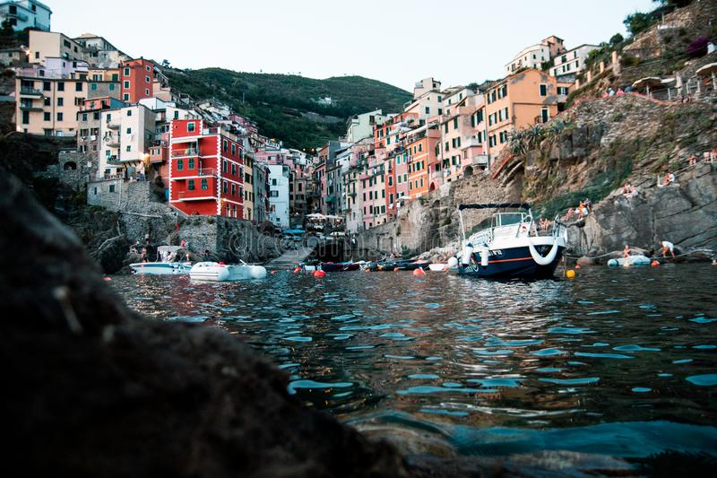 Esposizione lunga dell'acqua di angolo basso del terre del cinque di Riomaggiore fotografie stock libere da diritti