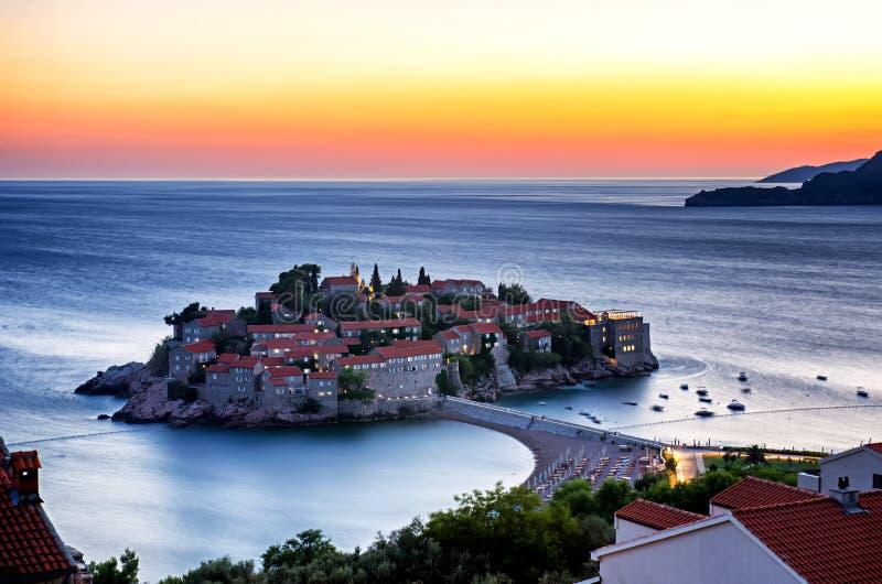 Esposizione lunga dell'isola in Budua, Montenegro di Sveti Stefan al twi fotografia stock libera da diritti