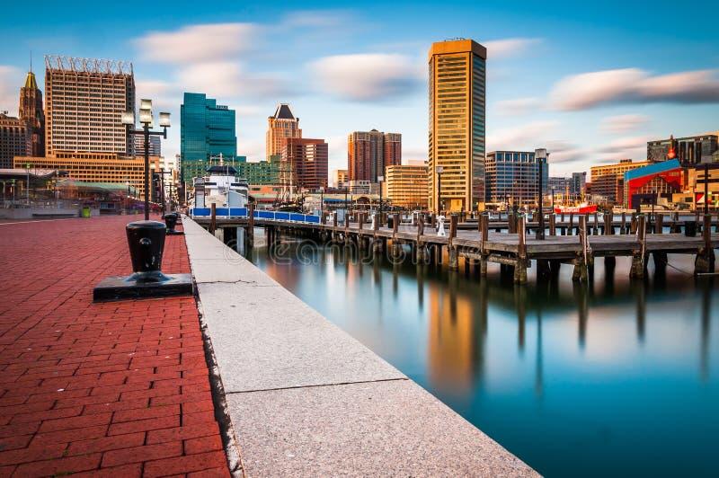 Esposizione lunga dell'orizzonte di Baltimora e del porto interno Promenad fotografia stock libera da diritti